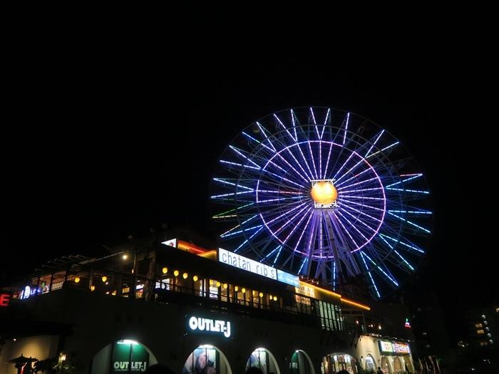 夜晚的摩天輪很閃亮