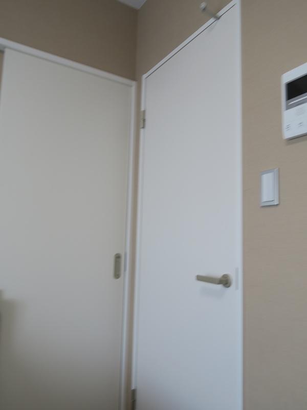 右邊的門是衣帽間