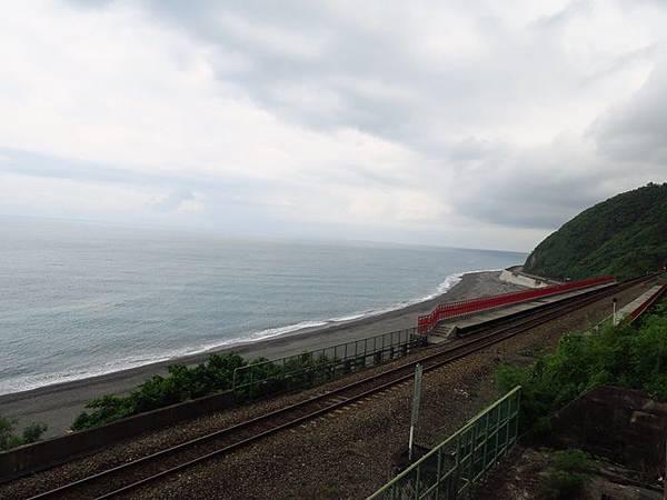 不想拍到路人,只能拍鐵軌和大海了