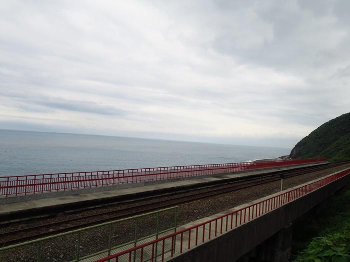 因為列車還會經過,所以不要隨便亂進鐵道喔~