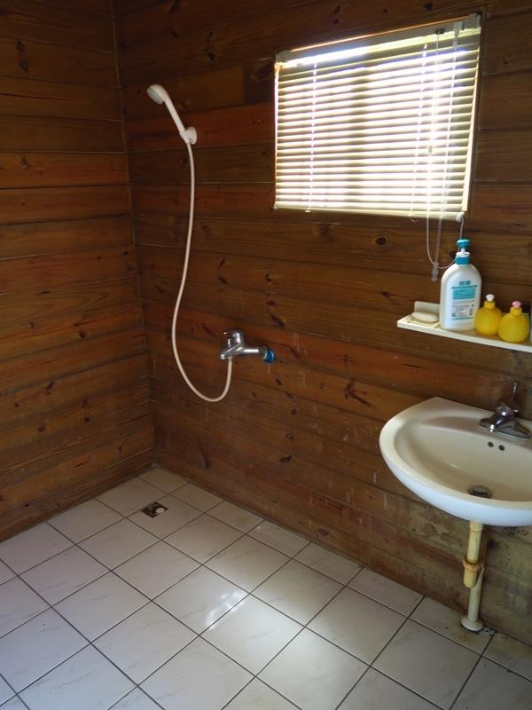 空間算寬敞,裡面有張長木椅可放衣物