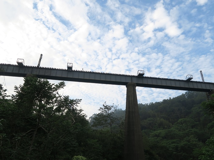 老弟說剛剛那邊的隧道一直走可以走到這個鐵橋....
