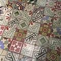 地上的瓷磚有種復古風