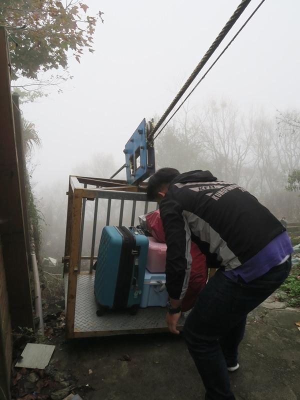 有箱籠~ 比較重的行李就不用自己扛了