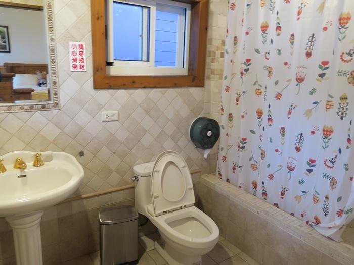 大門的左手邊是浴室