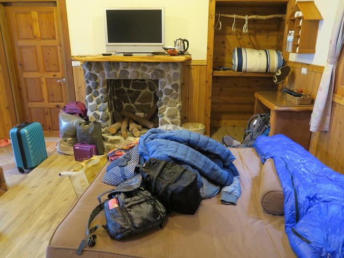 沙發床一拉開馬上就被放滿東西XD