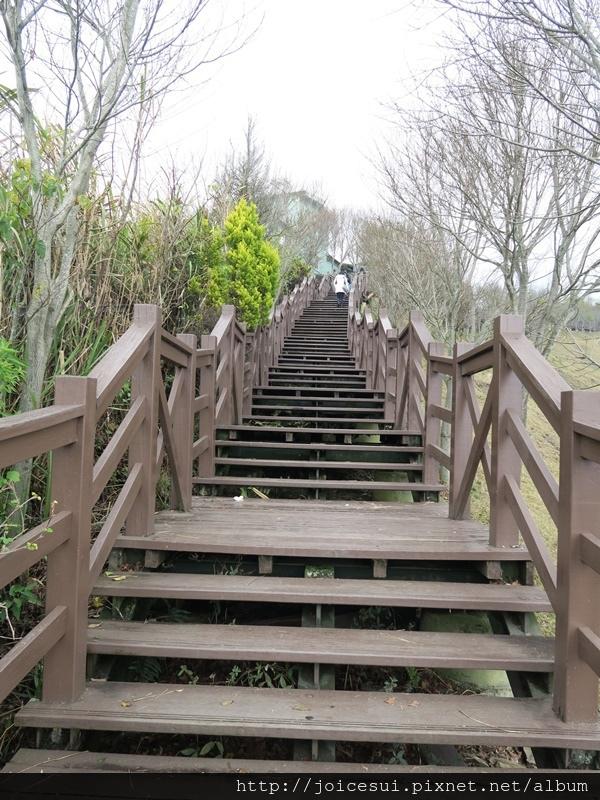 階梯步道可以走回大門