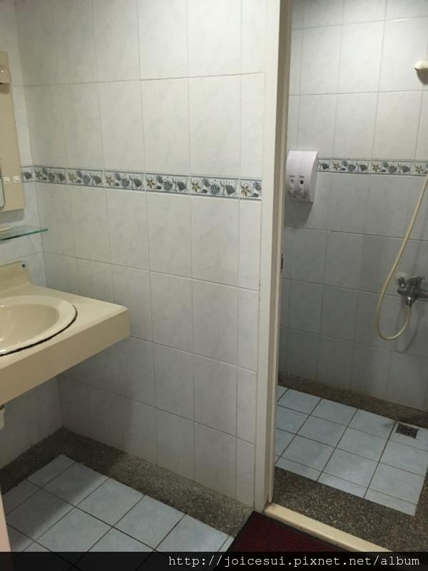 一進門的左右兩邊就是沐浴間%26;洗手間