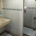 一進門的左右兩邊就是沐浴間&洗手間