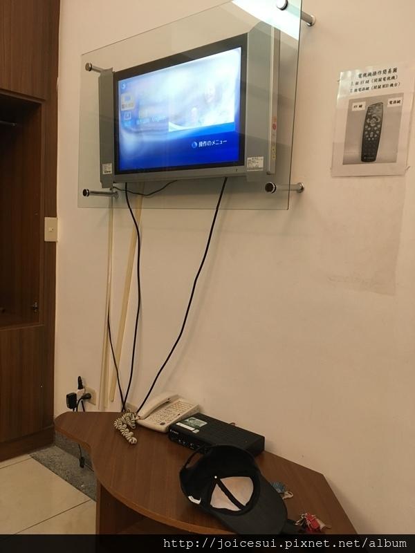 有張小桌子和電視