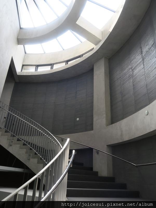 光自然穿越,顯得樓梯間非常明亮