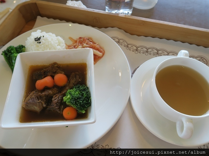 一份主食,有飯有湯有小菜