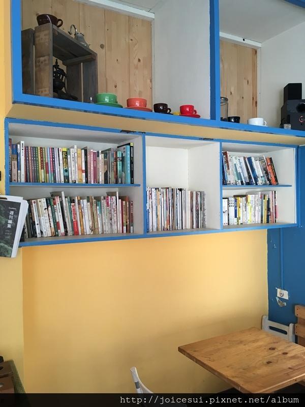 左手邊有書櫃