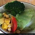 底下的蔬菜再配上醬料