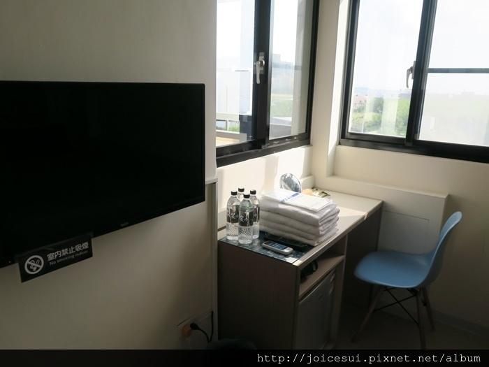 小冰箱和書桌