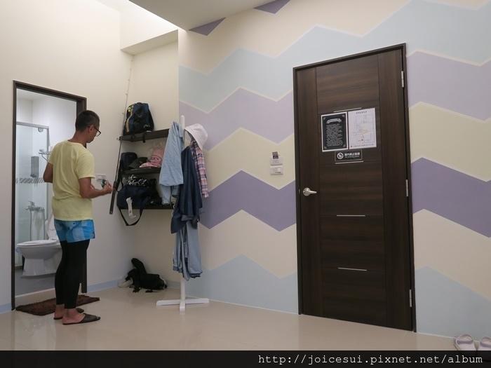門口旁有衣架和架子,過去就是洗手間