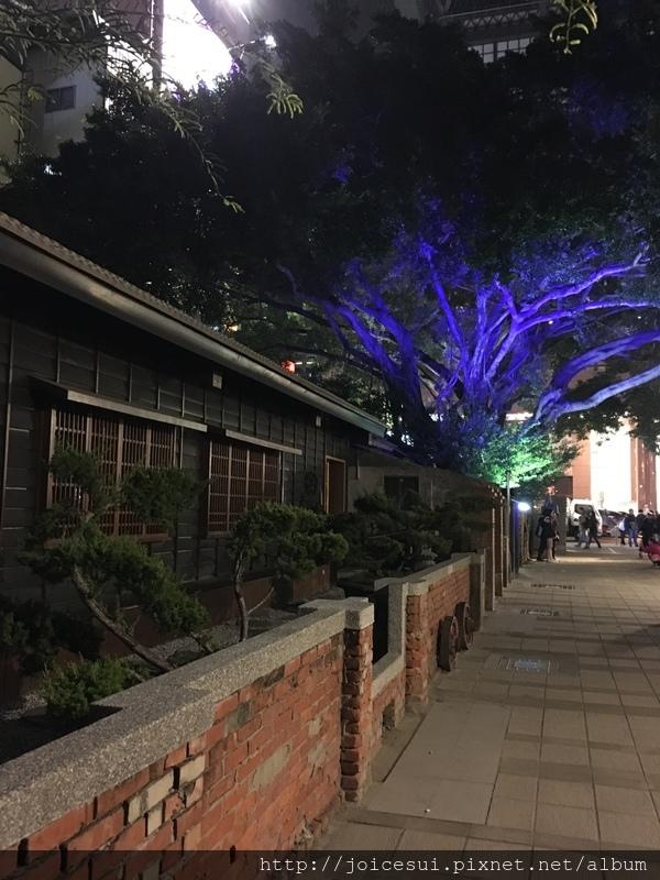 晚上來這散步走走還挺美的