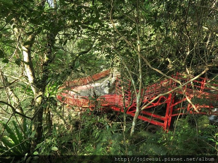 看到紅色樓梯就是到了