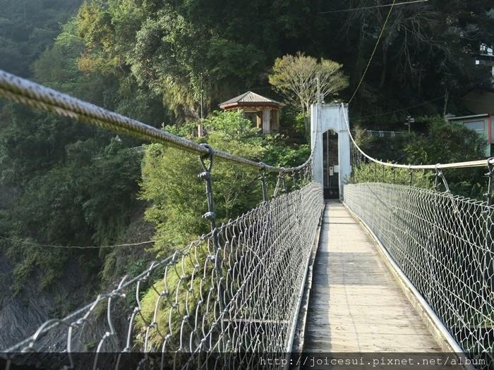 二號吊橋雖小,但還挺穩的