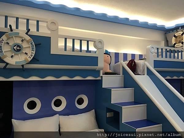 樓梯上還有床位