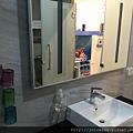 洗手台的鏡面很大