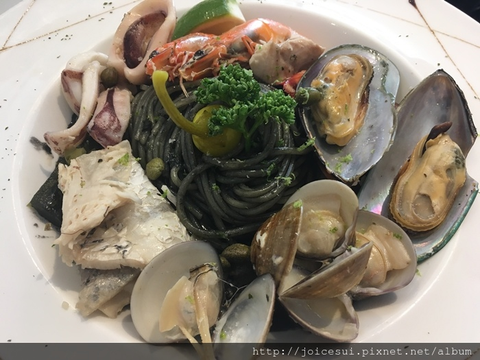 布里尼海鮮墨魚汁麵 330元