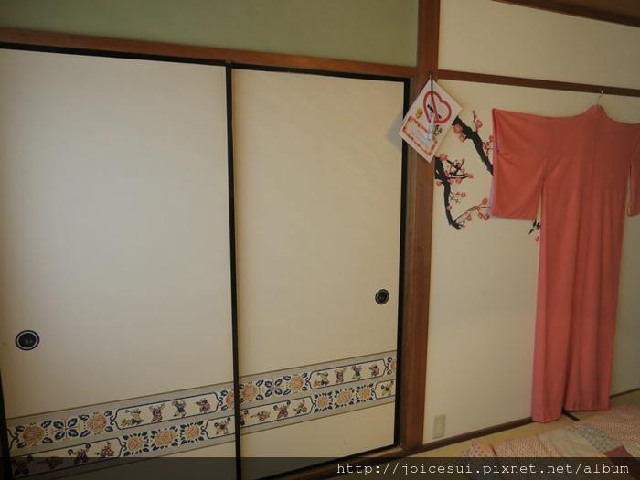 每一間房牆上都掛有衣服