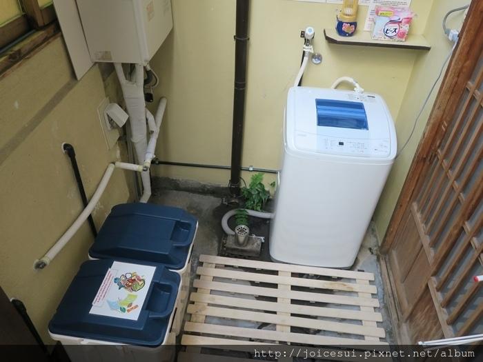 洗衣機和垃圾桶在右手邊
