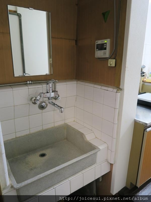 最底端是一個洗手台,刷牙洗臉洗衣服都在這