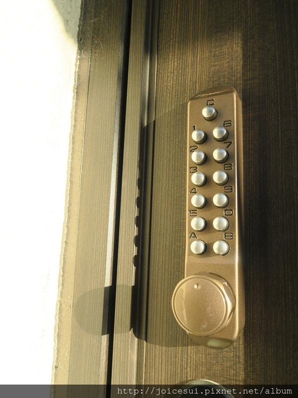 大門為密碼鎖