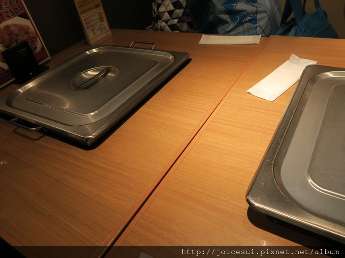 每張桌子都有一個鐵板