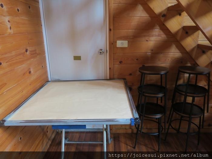 樓梯下有麻將桌