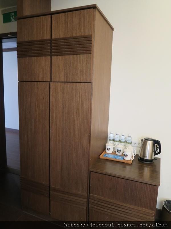 門口旁邊有衣櫃