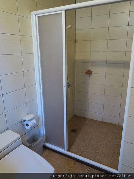 一邊是淋浴區