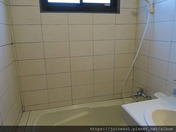 另一邊有浴缸
