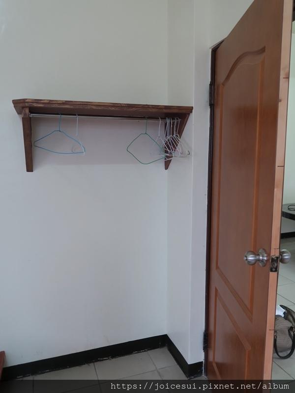 門後有衣架