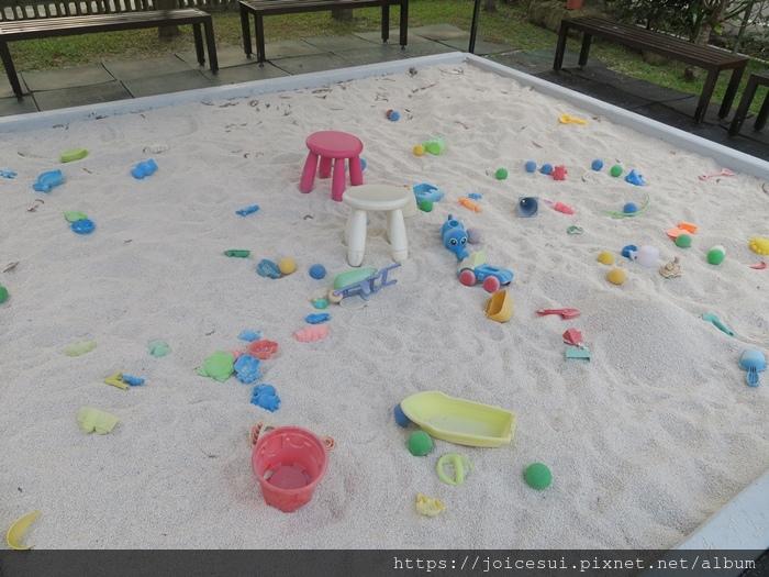 有個很大的沙坑