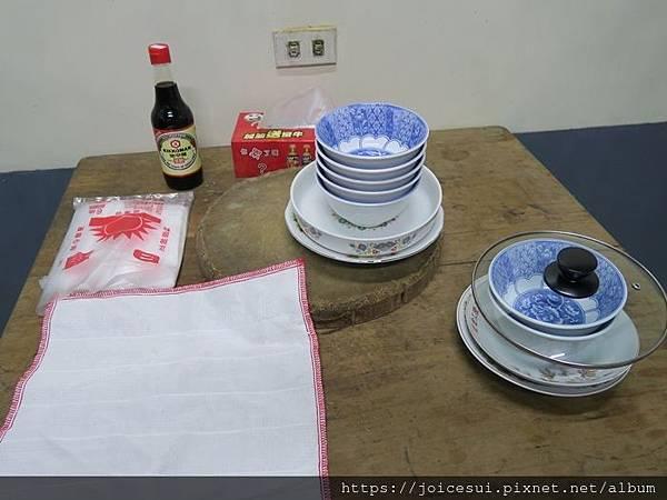 桌上是乾淨的碗
