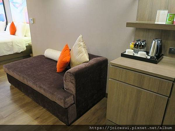 一進門的小沙發和mini bar