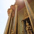曼谷大皇宮座落在昭披耶河東岸,四圍有長達1900米的圍牆。