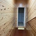 去廁所要走過長長的走廊