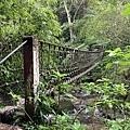 有一條窄吊橋