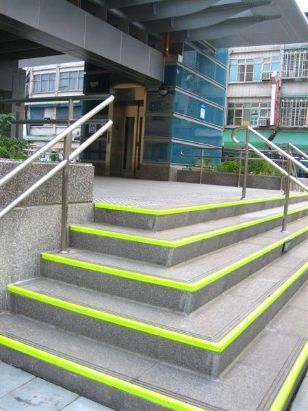 無障礙電梯旁的樓梯