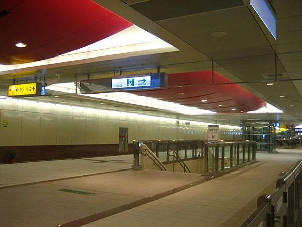 鳳山西站--紅色屋頂