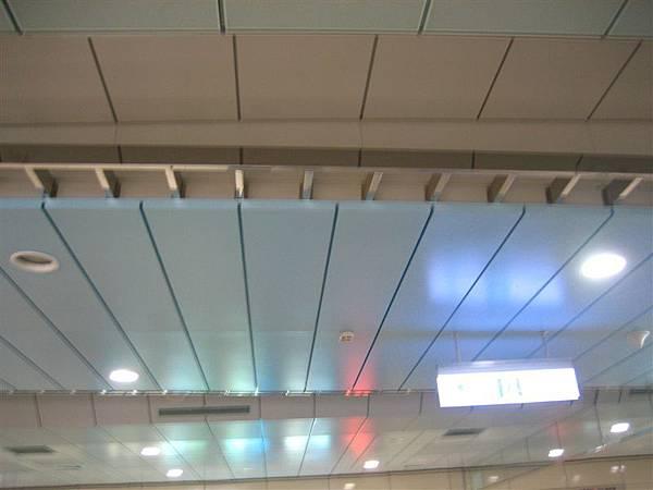 技擊館站淡藍色天花板