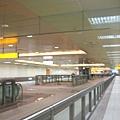 五塊厝站橘光的天花板