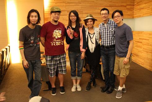 IMG_5039輕鬆玩樂團、聽眾與吳若權〈右二〉在高雄場的講座結束後合影.jpg