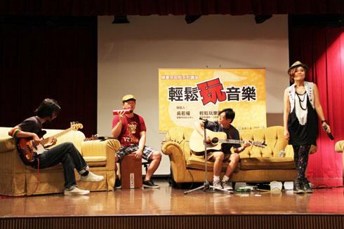 IMG_4907輕鬆玩樂團6月份在高雄演出受到粉絲歡.jpg