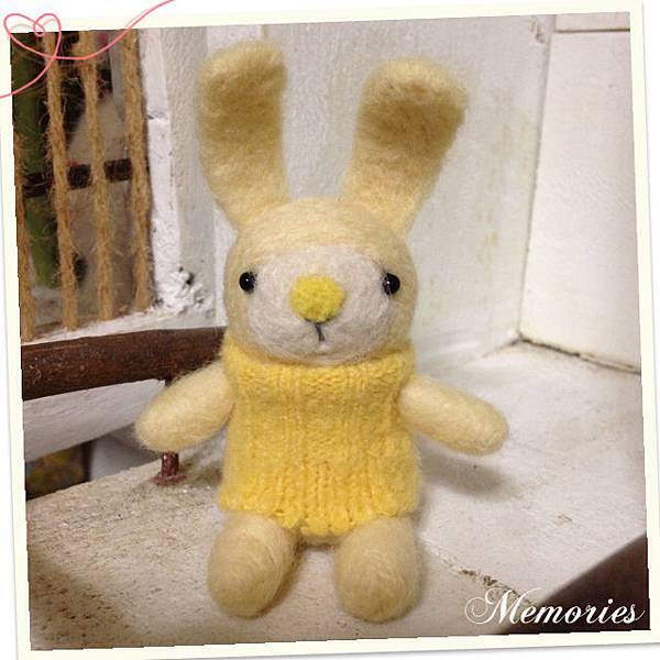 黃色毛衣兔寶寶