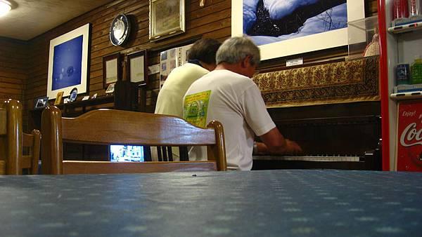 彈鋼琴的日本夫婦-01